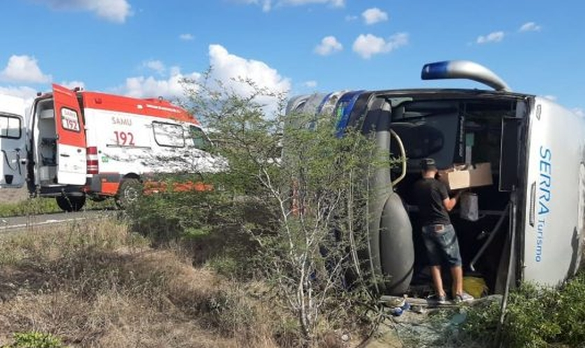O ônibus que transportava missionários saídos do Vale da Bênção, em Araçariguama (SP) acabou tombando na BR 116, próximo ao município de Euclides da Cunha (BA). (Foto: Facebook)