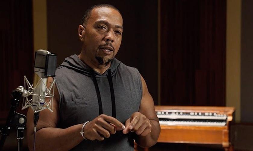 """Após emagrecer mais de 50 quilos, o cantor tem compartilhado como Deus o está """"reconstruindo"""". (Foto: Youtube / Reprodução)"""