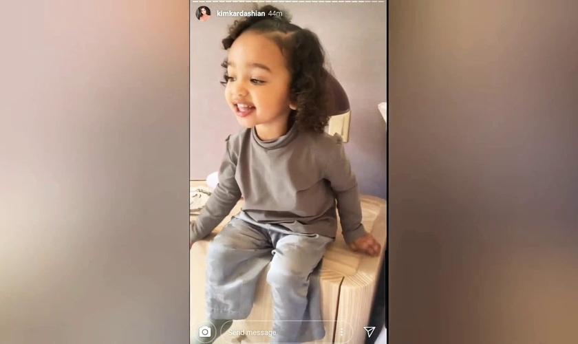 A pequena Chicago já ultrapassou 3 milhões de curtidas, cantando no Instagram de sua mãe, Kim Kardashian West. (Imagem: Instagram / Reprodução)
