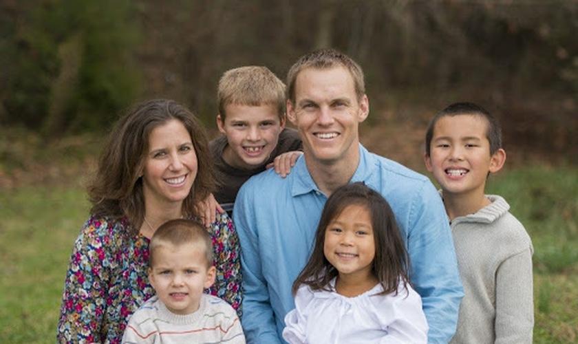 O pastor David Platt e sua família já adotaram 2 bebês e estão em processo de adoção do terceiro. (Foto: LifeLineChild)