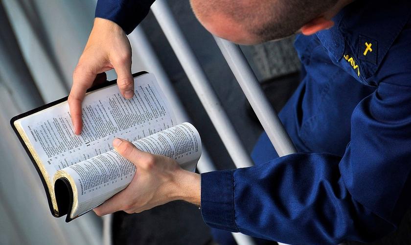Capelão tenente lê a Bíblia em base naval da Marinha dos EUA. (Foto: U.S. Navy/Daniel Barker)