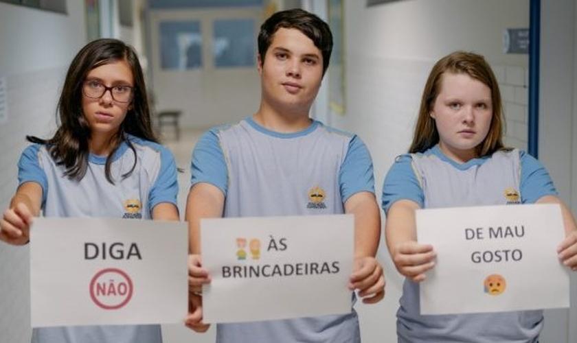 Alunos posam com pedido para que colegas recusem brincadeiras perigosas. (Foto: Davner Toledo / Notícias Adventistas)