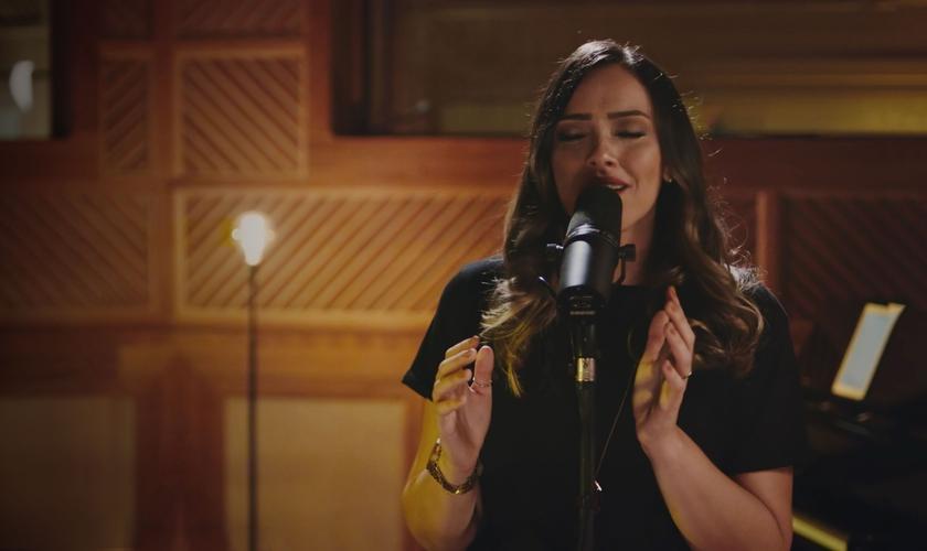 """Amanda Rodrigues está lançando o single """"No meio do Caos"""", que integra o projeto Musile Sessions. (Imagem: Divulgação)"""