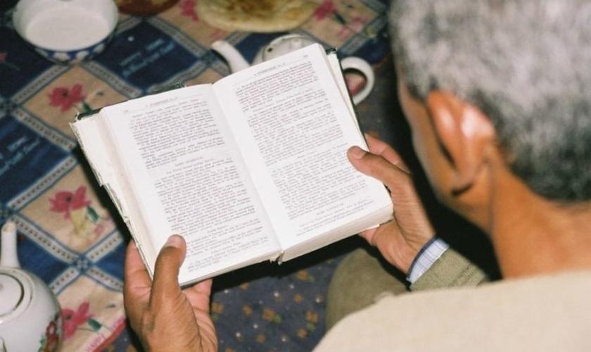 Cristão lê a Bíblia no Tajiquistão. (Foto: Portas Abertas - EUA)