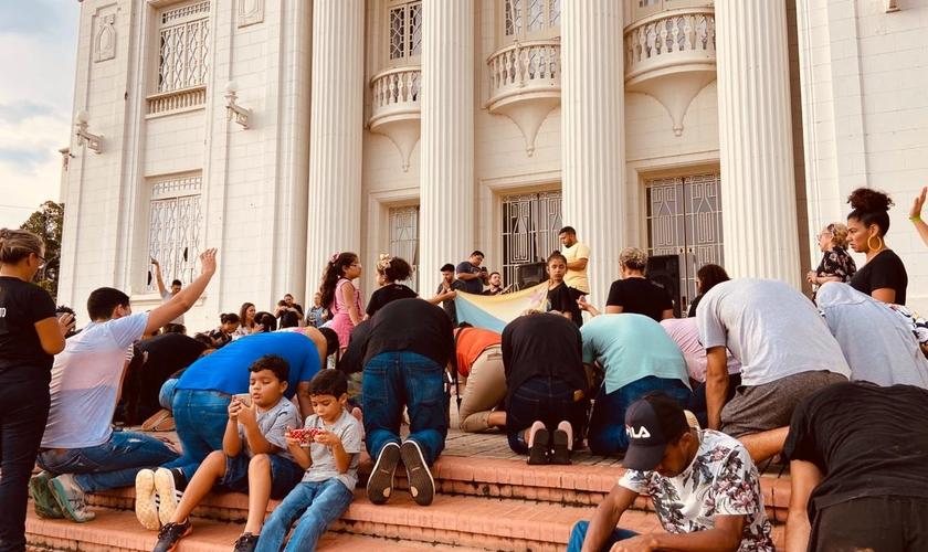 Cristãos oram pelas autoridades na sede do governo do Acre. (Foto: Reprodução/Notícias da Hora)