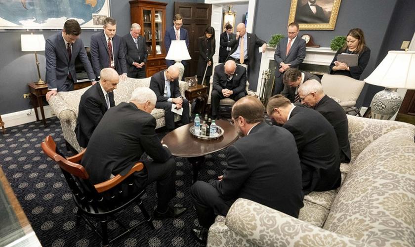 Vice-presidente dos EUA, Mike Pence, em momento de oração com a Força-Tarefa do Coronavírus. (Foto: Casa Branca/D. Myles Cullen)