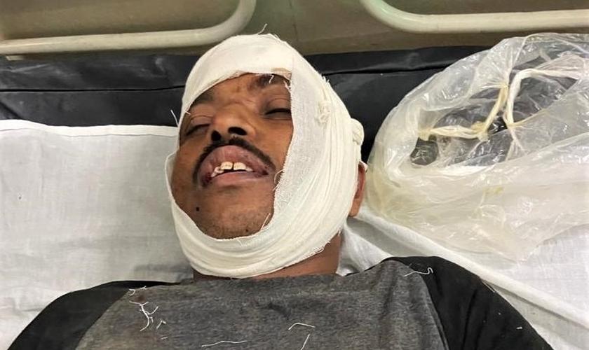 o pastor Isaac Paulose, 48 anos, foi espancado e atropelado cinco vezes por motos. (Foto: Morning Star News)