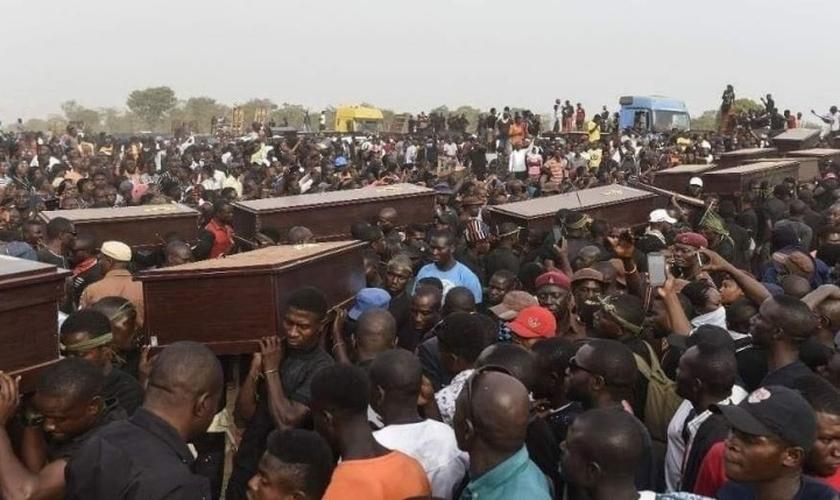 Cristãos realizam velório coletivo na Nigéria, após massacre. (Foto: Intersociety)