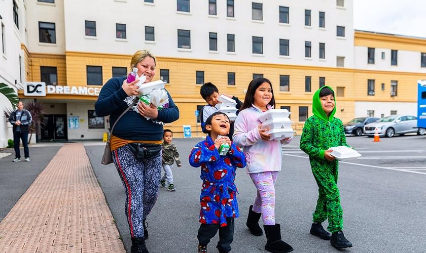 Família recebe refeições no Dream Center, fundado pela igreja Angelus Templus. (Foto: Dream Center)