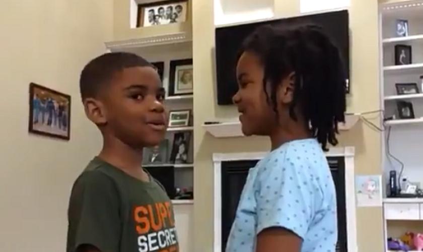Brandon e sua irmã recitam versículo bíblico de 2 Timóteo 1:7, enquanto o garoto se acalma do medo do coronavírus. (Imagem: Twitter)