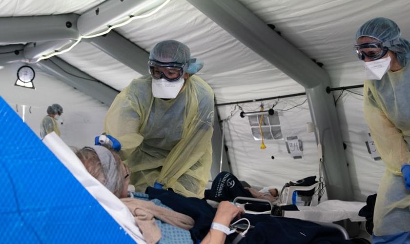 Equipe médica da Samaritan's Purse em hospital de campanha na Itália. (Foto: Samaritan's Purse)