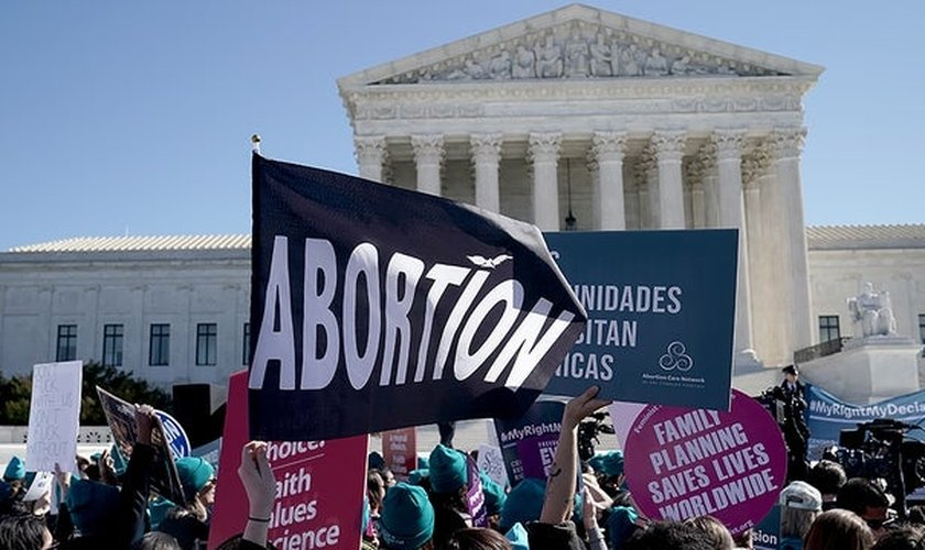 Militantes pró-aborto fazem manifestação em frente ao prédio da Suprema Corte dos EUA. (Foto: Greg Nash)
