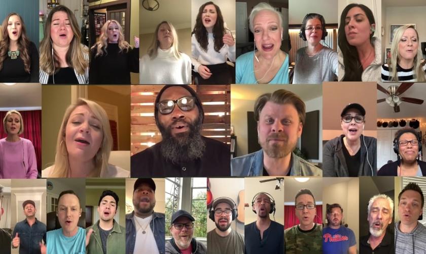 31 cantores gravaram trechos do hino em suas casas e enviaram a um renomado produtor e arranjador para unir todas as vozes e formar o 'coral virtual'. (Foto: Youtube / Reprodução)