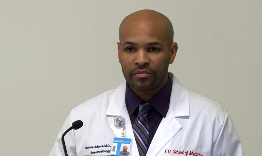Jerome Adams é um anestesista americano e vice-almirante no Corpo de Comissionados do Serviço de Saúde Pública dos EUA. (Foto: GRETCHEN FRAZEE / WTIU NEWS)