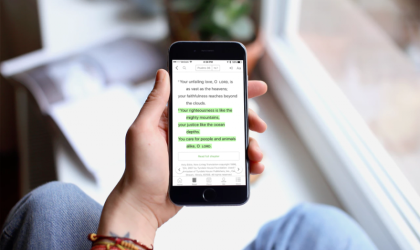 Usuário acessa aplicativo da Bíblia 'YouVersion' em celular. (Foto: Life.Church)