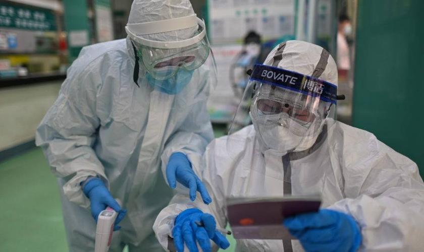 Equipe de saúde coleta amostras para exames de coronavírus em Wuhan, China. (Foto: Hector RETAMAL/AFP)