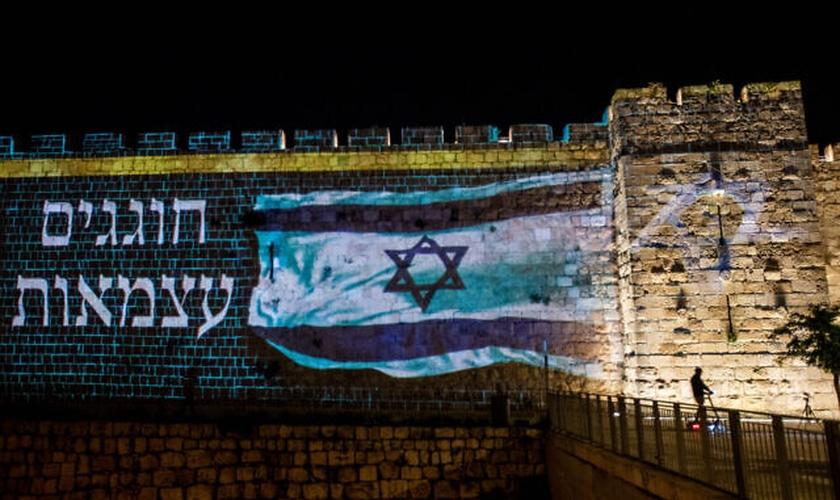 Bandeira de Israel é projetada nas muralhas da Cidade Velha de Jerusalém nos 72 anos de Independência. (Foto: Yonatan Sindel/Flash90)