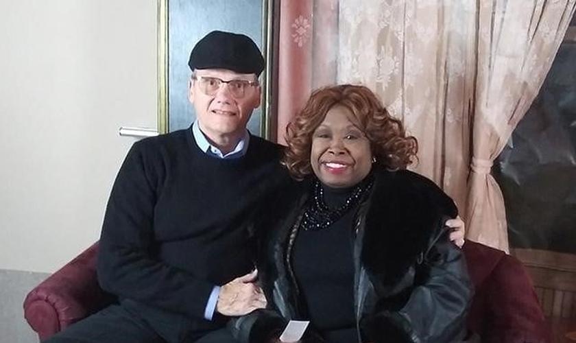 Pastor Leonard (esquerda) está celebrando 8 anos de casamento com sua esposa, Claudette. (Foto: Faithwire)