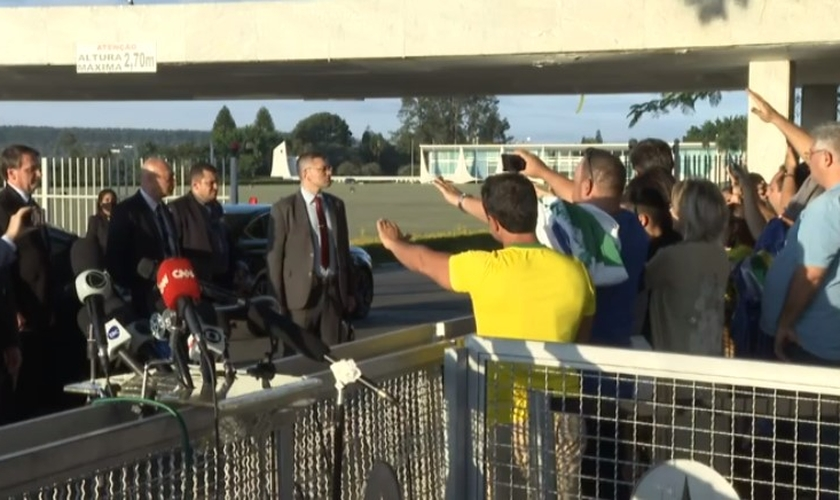 Apoiadores de Bolsonaro oram pelo presidente na porta do Palácio da Alvorada. (Foto: CNN)