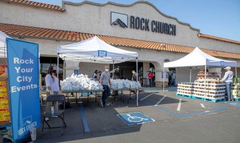 Voluntários entregam mantimentos a famílias necessitadas em frente à Rock Church. (Foto: Rock Church/Christy)