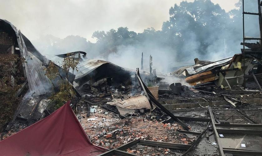 Primeira Igreja Pentecostal em Holly Springs depois do incêndio. (Foto: Kelly Mcmillen via Associated Press)