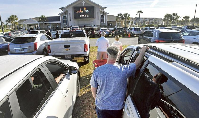 Imagem ilustrativa. Fiéis participam de um culto ao ar livre na Live Oaks Community Church, na Flórida. (Foto: Ron Johnson/Daily Sun)