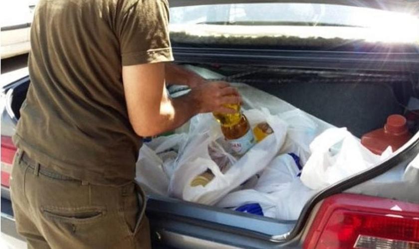 Cristãos usaram de seus próprios recursos para comprar alimentos e doar a famílias necessitadas de suas comunidades. (Foto: Portas Abertas - EUA)