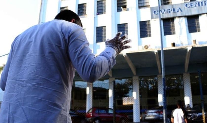 Evangélicos em oração diante do prédio da Prefeitura de Barra Mansa. (Foto: Chico de Assis/Secom)