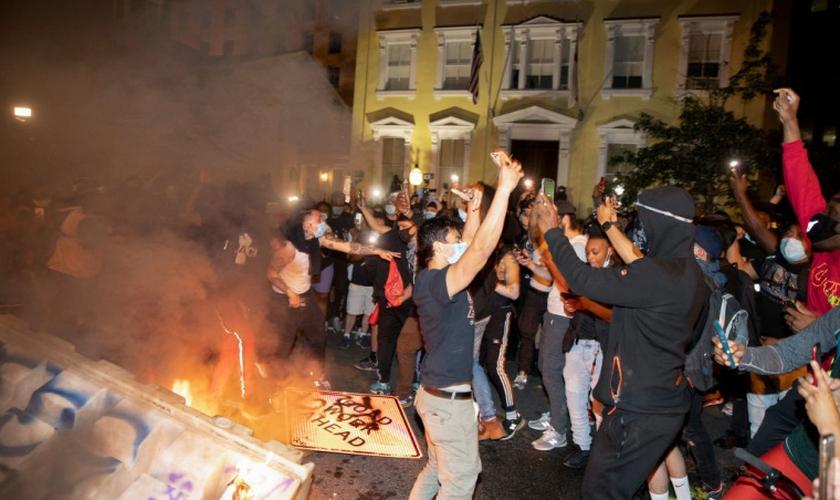 Manifestantes usam da violência e vandalismo em protesto pela morte de George Floyd, em Washington D.C. (Foto: Tasos Katopodis/Getty Images)
