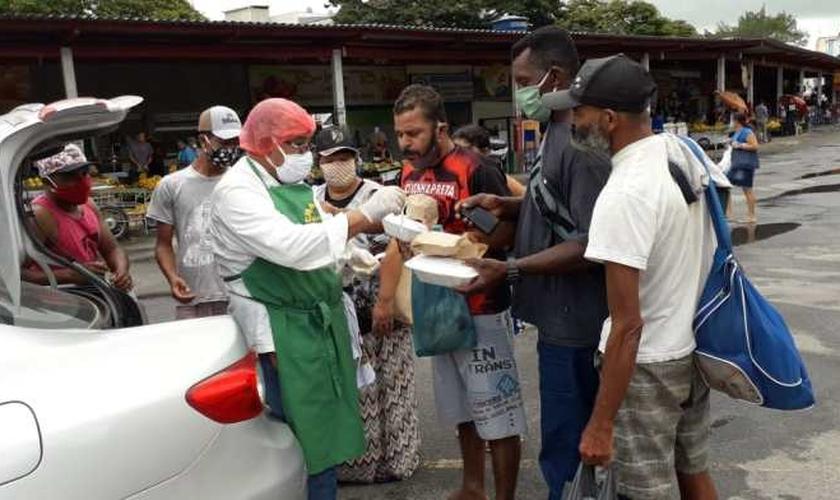 Conhecido por todos como Totoca, o advogado Wildson de Oliveira distribui cerca de 50 marmitas toda semana nas ruas de Teixeira de Freitas (BA). (Foto: Arquivo Pessoal)
