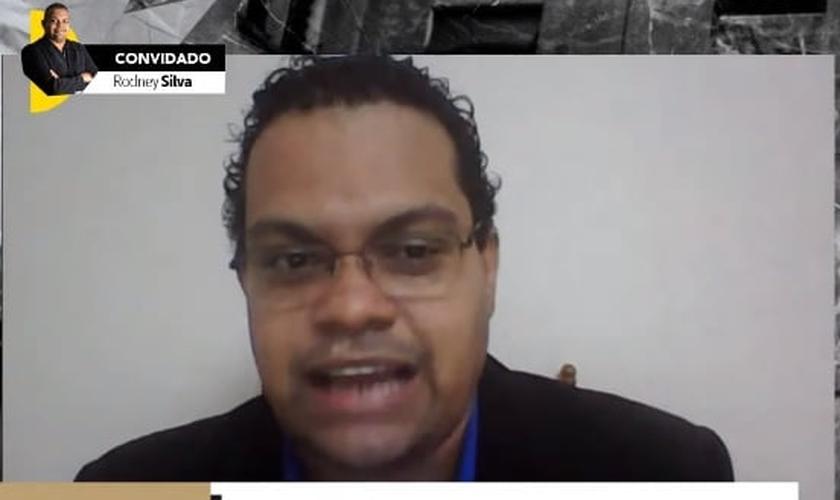 """Rodney Silva é pastor, escritor e autor do livro """"O Restaurador de Vidas"""". (Imagem: Guiame / Youtube / Reprodução)"""