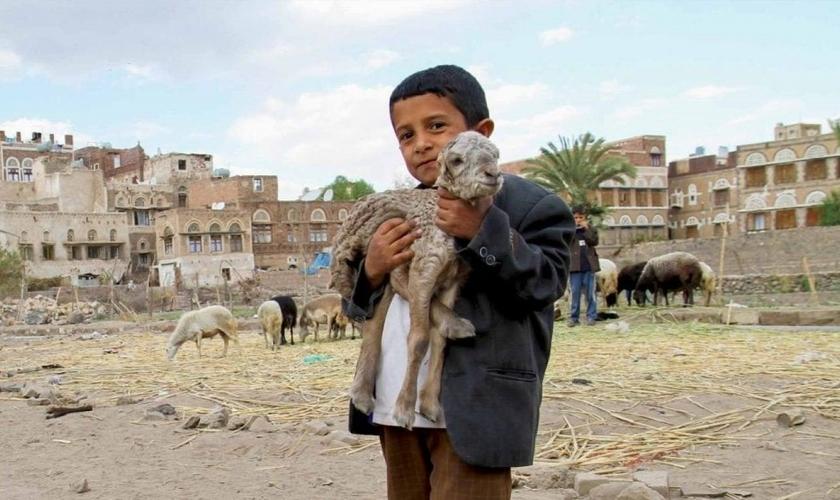 No Iêmen, o cristianismo pode ser penalizado com prisão e até pena de morte, mas as famílias de cristãos locais continuam mantendo sua fé em Jesus. (Foto: Portas Abertas - EUA)