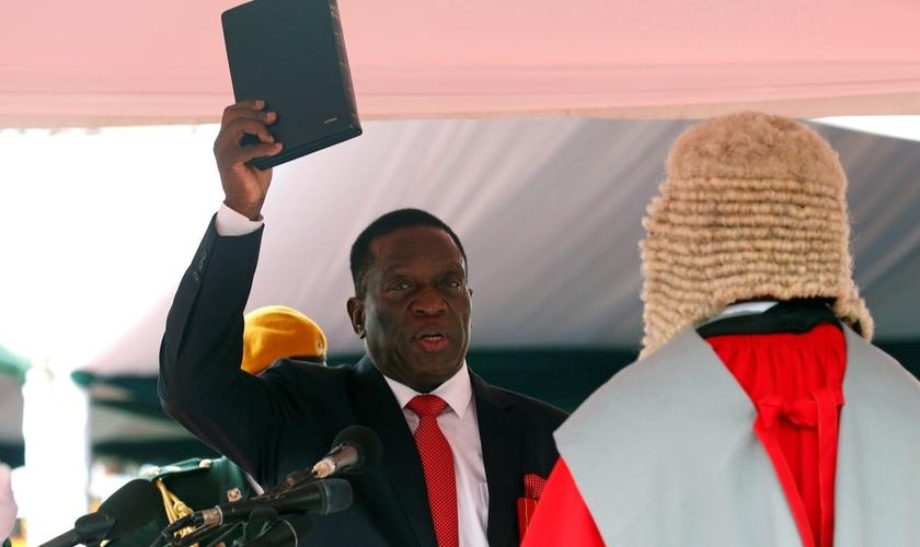 Emmerson Mnangagwa segura a Bíblia em cerimônia de posse em Harare. (Foto: Mike Hutchings/Reuters)