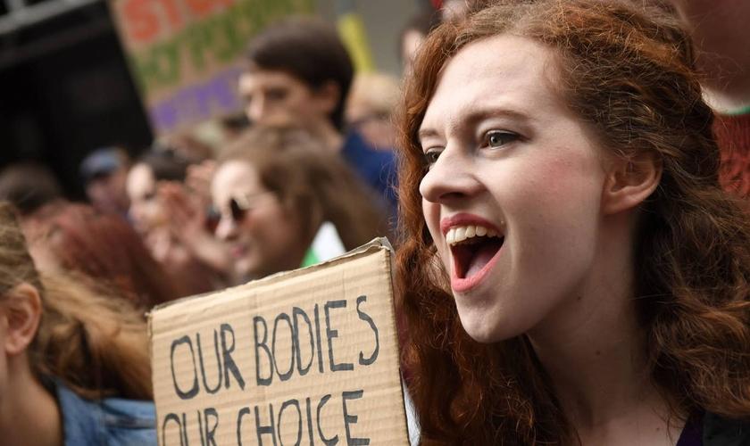 Manifestantes participam de ato em favor da legalização completa aborto no Reino Unido. (Foto: AFP / Getty Images)