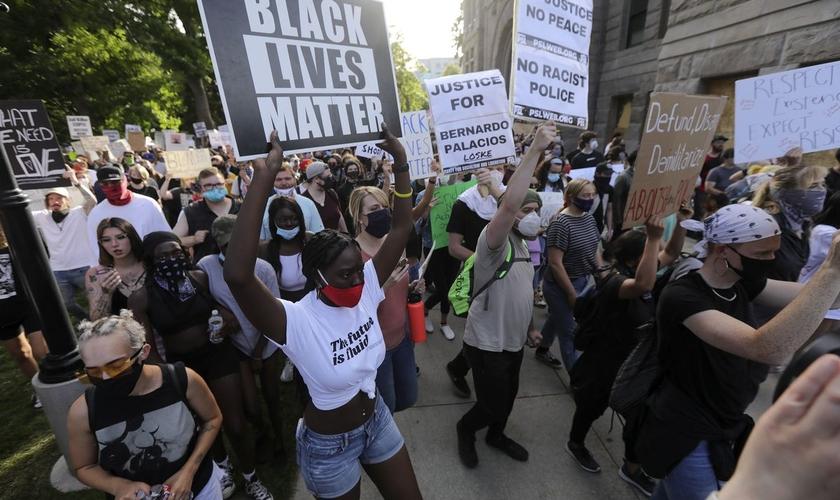 Pessoas marcham do edifício do Condado de Salt Lake City para o edifício de segurança pública de Salt Lake durante uma manifestação do Partido pelo Socialismo e Libertação em Salt Lake City na segunda-feira, 1º de junho de 2020. (Foto: AFP)