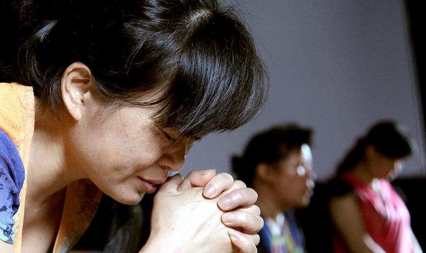 Cristã ora em uma igreja, no Leste da China. (Foto: Didi Tang / AP)