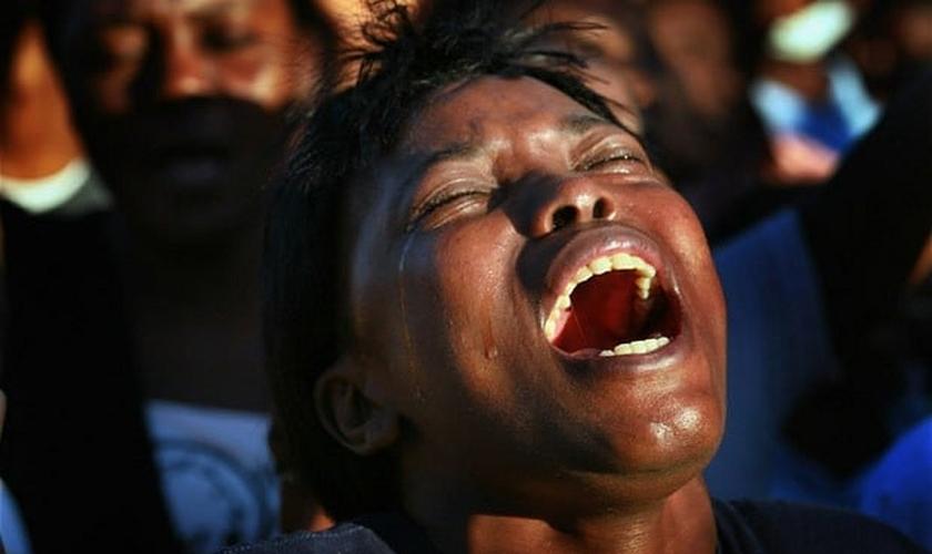 Mulher chora em adoração durante um culto em Porto Príncipe, no Haiti. (Foto: Joe Raedle/Getty Images)