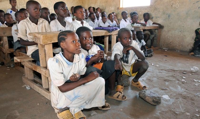 Alunos assistem aula em escola do Sudão. (Foto: UNESCO)