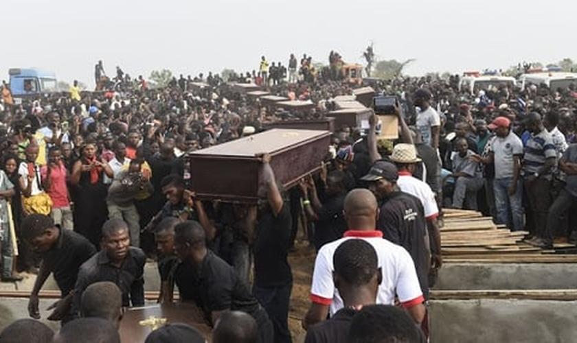 Cristãos são sepultados em tempos de massacre na Nigéria. (Foto: Intersociety)