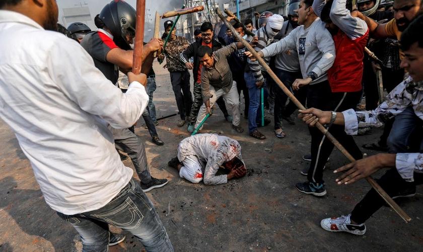 Grupo de hindus espancam homem durante protestos em Nova Délhi, na Índia. (Foto: Reuters/Danish Siddiqui)