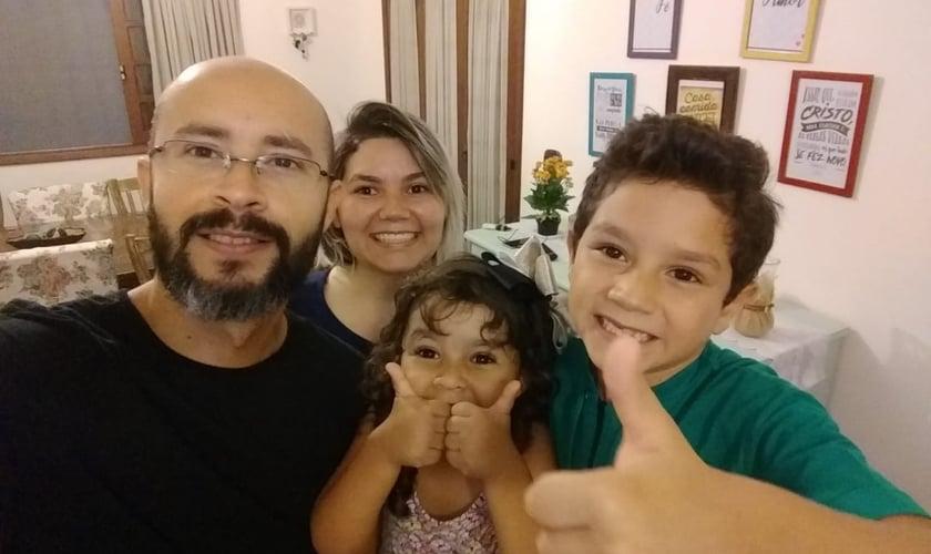 Pastor Tiago Moura, sua esposa, Tayanny Moura, e os filhos Henrique e Rebeca. (Foto: Verbo da Vida)