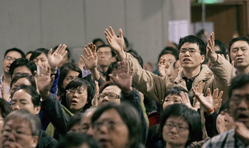 Cristãos com mãos levantadas em adoração durante conferência em Hong Kong. (Foto: AFP/Getty Images)