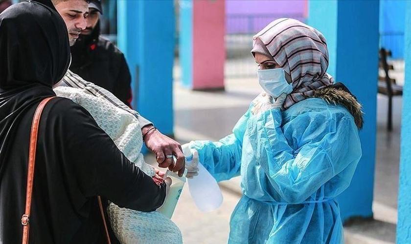 Imagem ilustrativa. Profissional da saúde atende população na cidade de Gaza. (Foto: Ali Jadallah/Anadolu Agency)