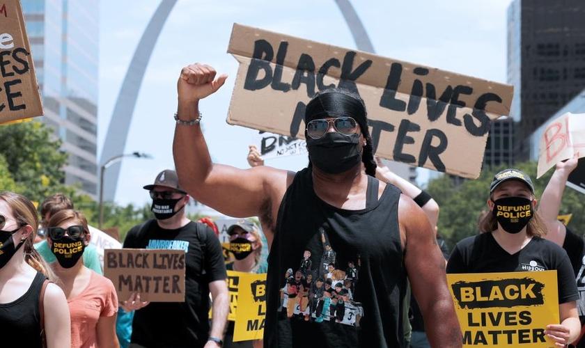 Militantes do movimento Black Lives Matter. (Foto: AP Photo/Jeff Roberson)