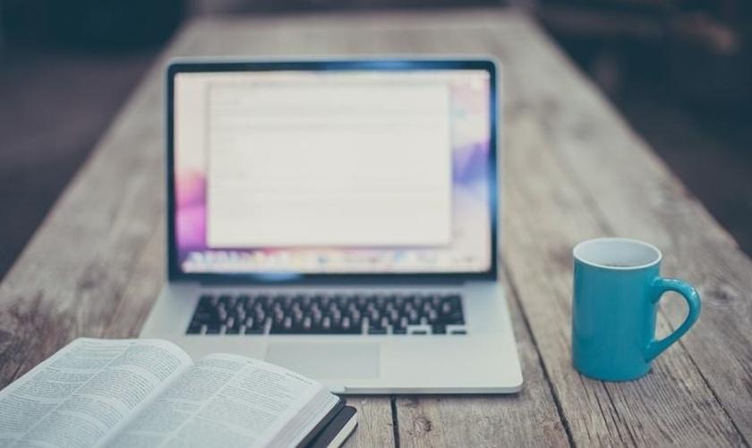 Um terço dos cristãos praticantes não estão assistindo aos cultos online de sua própria igreja. (Foto: Anggie/Lightstock)