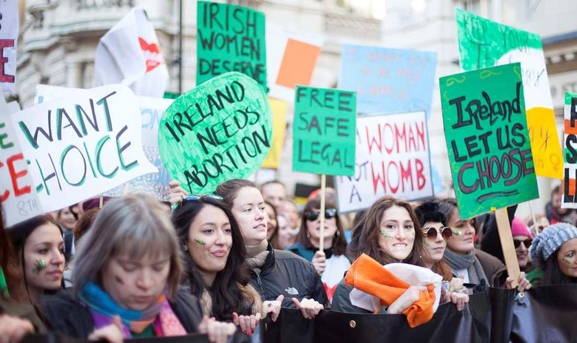 Após um referendo, a Irlanda aprovou a legalização do aborto. (Foto: Amnesty)
