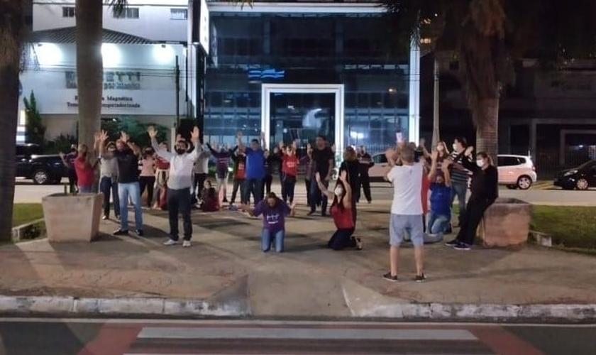 Grupo se reuniu durante várias noites em frente ao hospital São Lucas, em Americana (SP), para orar pelo pastor Rogério Bombatti. (Foto: Facebook / Manezinho da Praia)
