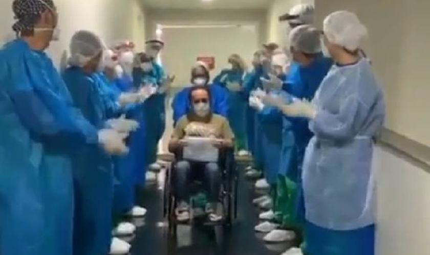 Profissionais de saúde se despediram do paciente cantando louvor. (Foto: Reprodução)