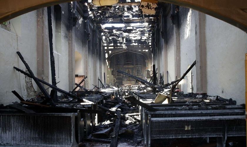 O interior da igreja San Gabriel foi danificado após um incêndio na Califórnia. (Foto: AP/Marcio Jose Sanchez)