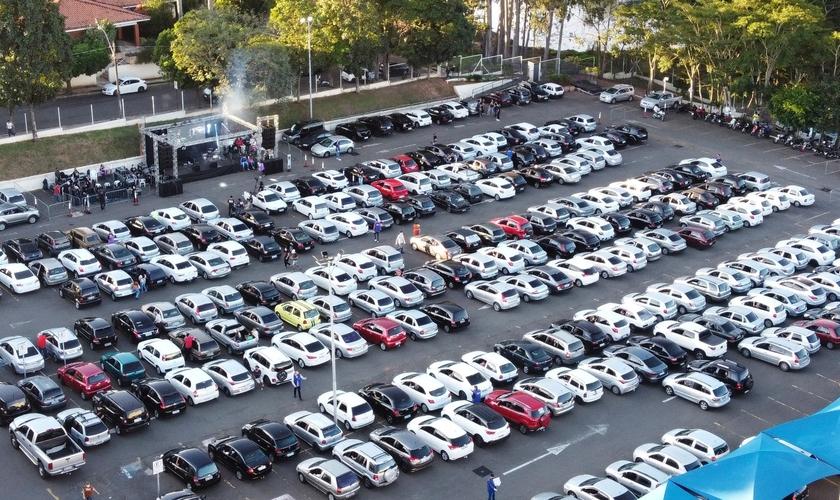 O culto foi celebrado pela Primeira Igreja Batista de Marília no estacionamento de um shopping da cidade. (Foto: Primeira Igreja Batista de Marília)
